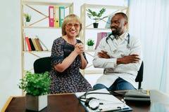 Uma mulher superior que visita um terapeuta na cl?nica fotografia de stock royalty free