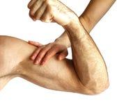 Uma mulher toca nos músculos do ` um s do homem foto de stock royalty free