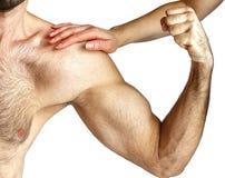 Uma mulher toca nos músculos do ` um s do homem fotografia de stock