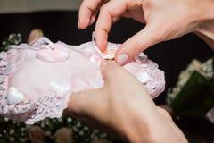 Uma mulher toma uma aliança de casamento para trocar anéis em uma cerimônia de casamento fotografia de stock royalty free