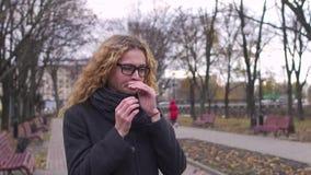Uma mulher tosse na rua, tiro do lento-movimento filme