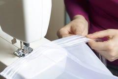 Resultado de imagem para mulher costurando maquina