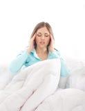 Uma mulher triguenha nova e bonito que sente cansado Fotografia de Stock Royalty Free
