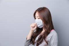 Uma mulher veste uma máscara imagem de stock