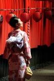 Uma mulher vestiu-se no vestido tradicional do japonês no santuário de Fushimi-Inari Foto de Stock Royalty Free