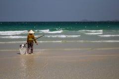 Uma mulher vietnamiana está recolhendo shell do mar na costa em Nha Trang, Vietname Imagem de Stock Royalty Free