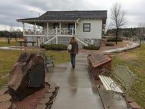Uma mulher visita Rim Country Museum, Payson, o Arizona Imagem de Stock Royalty Free
