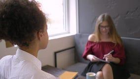 Uma multi comunicação étnica, divertimento adolescente preto feliz da menina passa o tempo com amiga vídeos de arquivo