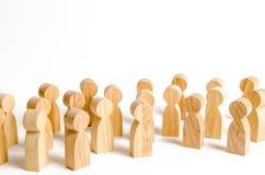 Uma multidão de figuras de madeira dos povos em um fundo branco Avaliação social e opinião pública, eleitorado população fotografia de stock royalty free