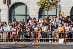 Uma multidão de povos com as bandeiras no dia nacional espanhol desfila Fotografia de Stock Royalty Free