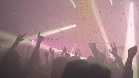 Uma multidão de povos que dançam em um festival de música video estoque