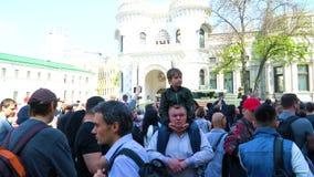Uma multidão de povos que olham a parada do equipamento militar video estoque