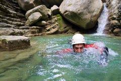 Uma natação em Pyrenees, Espanha do homem Imagem de Stock Royalty Free