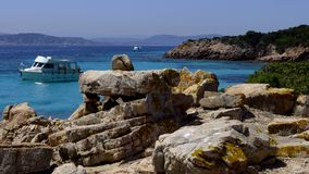 Uma navigação do barco na costa de Sardinia, Sardinia, Itália, praia Imagens de Stock