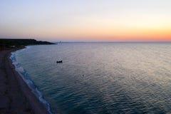 Uma navigação do barco no mar, cedo na manhã, nascer do sol bonito como o fundo Seascape da vista a?rea Pesca local dos povos na imagem de stock