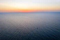 Uma navigação do barco no mar, cedo na manhã, nascer do sol bonito como o fundo Seascape da vista a?rea Pesca local dos povos na fotos de stock