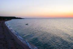 Uma navigação do barco no mar, cedo na manhã, nascer do sol bonito como o fundo Seascape da vista a?rea Pesca local dos povos na fotografia de stock royalty free
