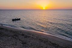 Uma navigação do barco no mar, cedo na manhã, nascer do sol bonito como o fundo Seascape da vista a?rea Pesca local dos povos na foto de stock royalty free