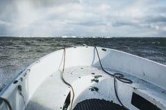 Uma navigação do bote no mar Báltico com Paldiski, porto de Estônia no fundo imagens de stock