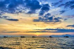 Uma navigação do navio no mar no crepúsculo Imagem de Stock