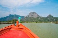 Navigação vermelha do barco no canal vermelho da montanha Imagens de Stock Royalty Free