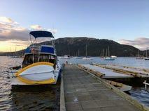Uma noite calma calma entrada em um porto em Nanaimo, Columbia Britânica, Canadá fotos de stock royalty free