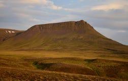 Uma noite de plenos verões em Islândia Uma montanha está incandescendo no sol da meia-noite O Vatnsdalsfjall perto de Blönduos imagens de stock royalty free