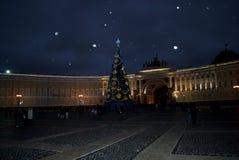 Uma noite e uma neve bonitas sobre o quadrado do palácio, St Petersburg, Ru Imagens de Stock Royalty Free