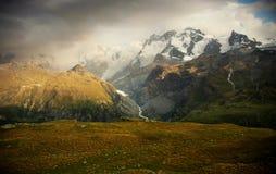 Uma noite em cumes suíços, Suíça fotografia de stock royalty free