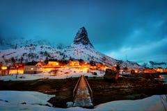 Uma noite nevado em Reine imagens de stock