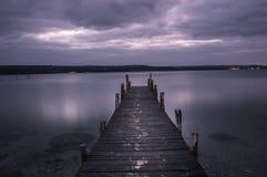 Uma noite só, um lago Imagens de Stock