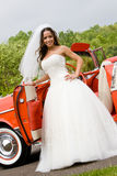 Uma noiva com um carro fotos de stock royalty free