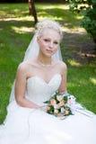 Uma noiva com um ramalhete da flor Fotos de Stock Royalty Free