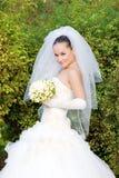 Uma noiva com um ramalhete da flor ao ar livre Fotografia de Stock Royalty Free
