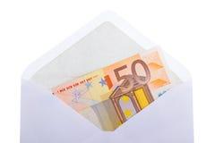 Uma nota de banco do euro 50 em um envelope Imagens de Stock
