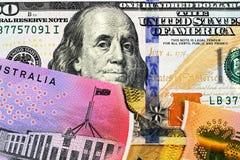 Uma uma nota de dólar australiana com umas cem notas de dólar americana imagens de stock royalty free