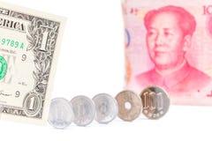 Uma nota de dólar dos E.U. com a cédula chinesa borrada e o Japane do yuan Imagem de Stock Royalty Free