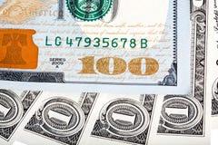 Uma nota de dólar e cem macro novos da cédula do projeto do dólar Foto de Stock