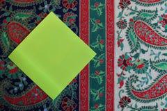 Uma nota vazia em um fundo temático da cópia do Natal imagens de stock royalty free