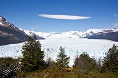 Uma nuvem da lente acima da geleira de Perito Moreno fotos de stock royalty free