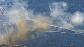 Uma nuvem da poeira após a explosão das rochas na pedreira filme