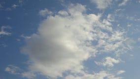 Uma nuvem macia redonda no céu azul ventoso, fim acima Imagens de Stock Royalty Free