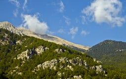 Uma nuvem pequena travada na montanha Fotos de Stock