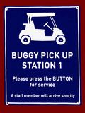 Uma observação que indica onde os pedestres podem arranjar o recolhimento em um carrinho do golfe para o transporte imagens de stock royalty free