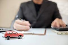 Uma oferta do corretor de seguro do homem protege seu carro, seguro auto c foto de stock