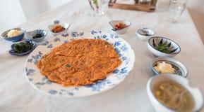 Uma omeleta serviu com outros pratos laterais coreanos imagem de stock royalty free