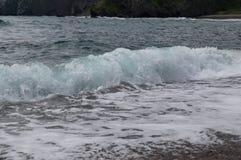 Uma onda do mar de uma distância próxima fotos de stock royalty free