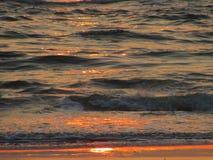 Uma onda durante sunrising Imagem de Stock Royalty Free