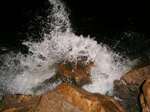 Uma onda que quebra contra a costa Fotografia de Stock