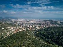 Uma opinião aérea do cartão de Barcelona dos montes de Tibidabo no dia de verão ensolarado 2 fotos de stock